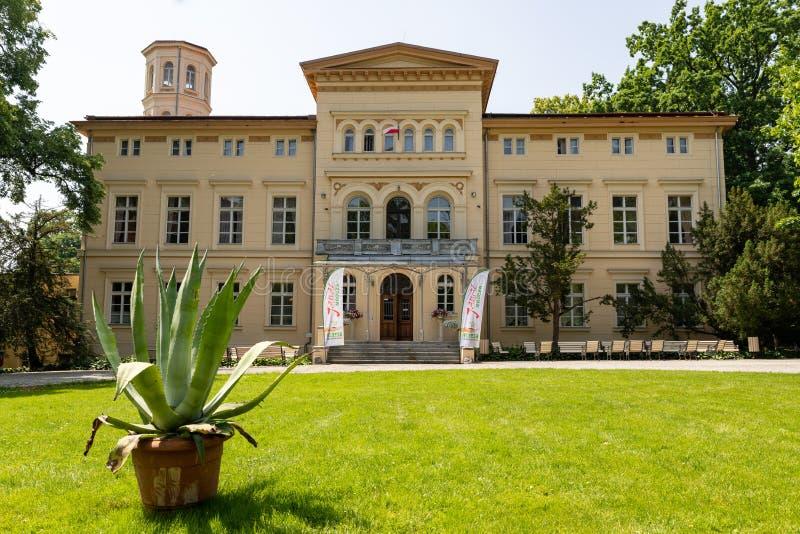 Sypniewo, Kujawsko Pomorskie/Polonia - 11 de junio de 2019: Mansión vieja renovada en una pequeña ciudad Una casa señorial histór fotos de archivo