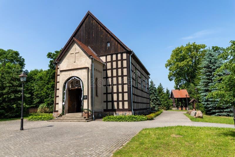 Sypniewo, pomorskie del kujawsko/Polonia - 11 de junio de 2019: Una pequeña iglesia construida de la pared prusiana Templo cristi fotografía de archivo libre de regalías