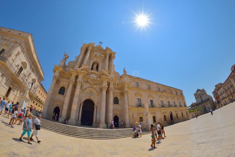 SYRACUSE ITALIEN - AUGUSTI, 2015: turister och lokaler besöker den huvudsakliga fyrkanten Piazza del Duomo i Ortigia, Syracuse, I arkivbild