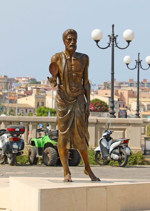 SYRACUSE ITALIEN - JUNI 22, 2019: Brons statyn av Archimedes i Syracuse, Sicilien royaltyfri bild