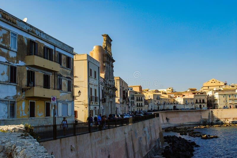 SYRACUSE ITALIEN - Oktober 06, 2012 Kustlinjen i den Ortigia ön royaltyfri fotografi