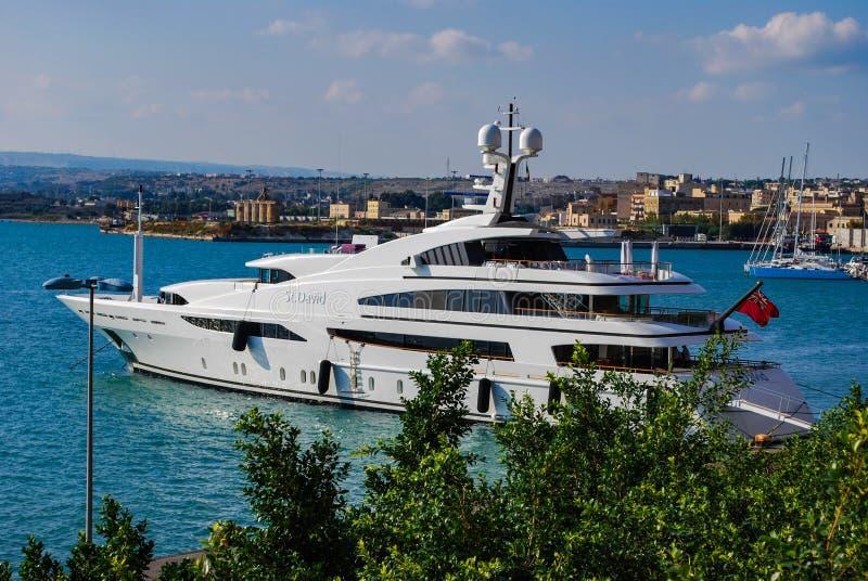 SYRACUSE ITALIEN - Oktober 06, 2012: Privat yacht i den Syracuse hamnen sicily fotografering för bildbyråer