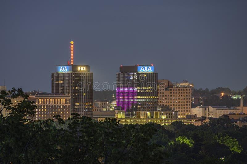 SYRACUSE, NOVA IORQUE - 13 DE JULHO DE 2019: Visão noturna das torres AXA, anteriormente conhecidas como as torres Mony no centro fotos de stock royalty free