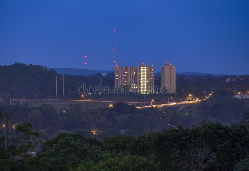 SYRACUSE, NOVA IORQUE - 13 DE JULHO DE 2019: Vista da Syracuse no centro do Skyline à noite imagem de stock royalty free
