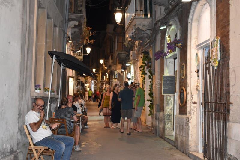 Syracuse, Sicile, Italie, l'Europe Ortygia pendant la nuit avec de petites boutiques images libres de droits