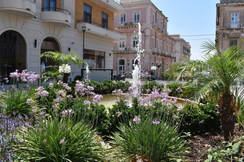 Syracuse, Sicile, Italie, l'Europe Une petite place près de l'entrée d'Ortygia la vieille ville photos stock