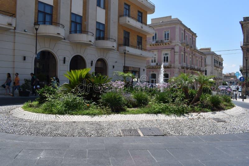 Syracuse, Sicile, Italie, l'Europe Une petite place près de l'entrée d'Ortygia la vieille ville image libre de droits