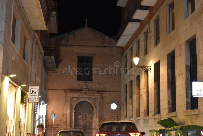 Syracuse, Sicile, Italie, l'Europe Une rue avec la vieille église dans Ortygia la vieille ville photographie stock