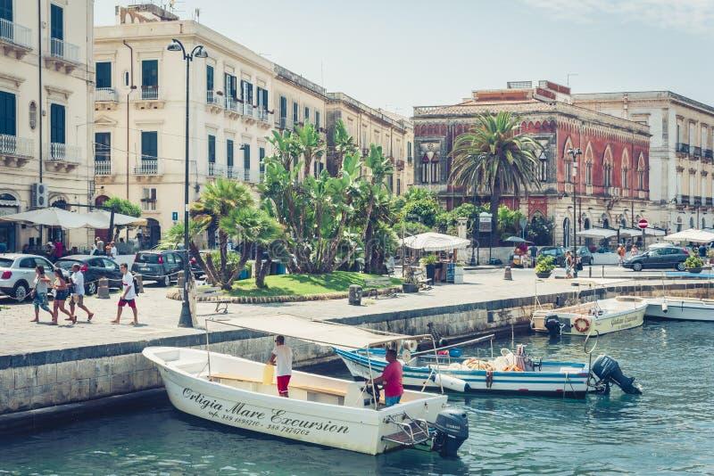 """Syracuse, Sicilië, Italië †""""12 augustus, 2018: vaar boten en plezierboten in oude haven, strandboulevard van het Eiland van Ort royalty-vrije stock afbeelding"""