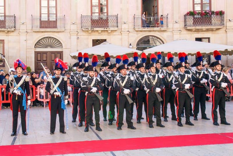 Syracuse Sicilia Italia - 5 de junio de 2019: Desfile del carabinieri que lleva el uniforme y los sombreros históricos con penach imagenes de archivo