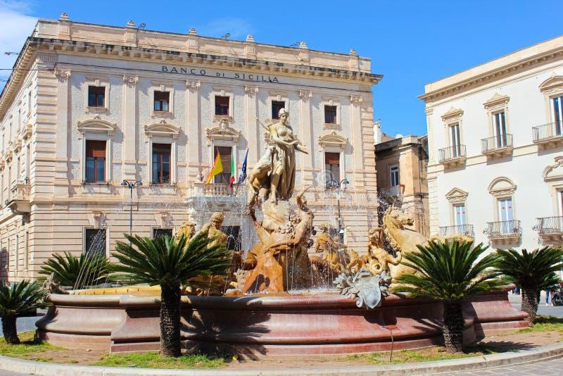 Syracuse Sicilien, Italien - April 10th 2019: Härlig springbrunn av Diana på Archimedes Square i den berömda Ortigia ön royaltyfria bilder
