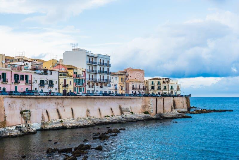 Syracuse, Sicily Włochy, Sierpień, – 23, 2018: Panoramiczny widok Ortigia nabrzeże w Syracuse z niebieskiego nieba tłem fotografia stock