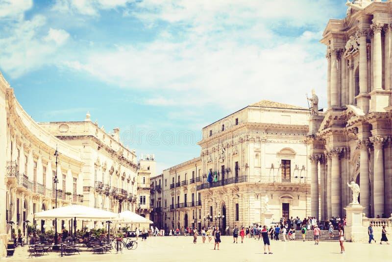 Syrakus Siracusa, Sizilien, Italien – 12. August 2018: Touristen, die auf altes Quadrat Piazza Del Duomo mit Altbauten herein geh lizenzfreies stockbild