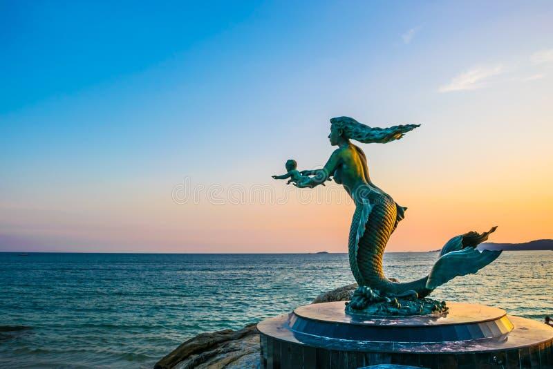 Syrenek dzieci przy Sai Kaew i statua wyrzucać na brzeg w Samed wyspie, Rayong prowincja, Tajlandia na 18 2017 Nov obrazy royalty free