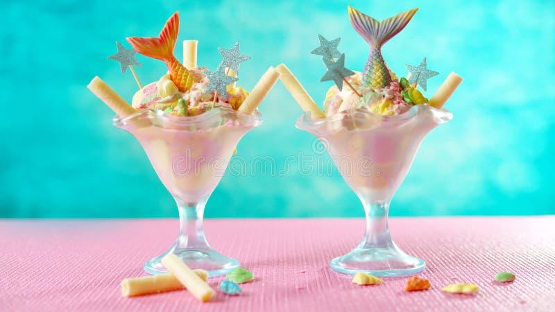 Syrenka tematu t?czy lody denni sundaes na jaskrawym kolorowym tle fotografia royalty free