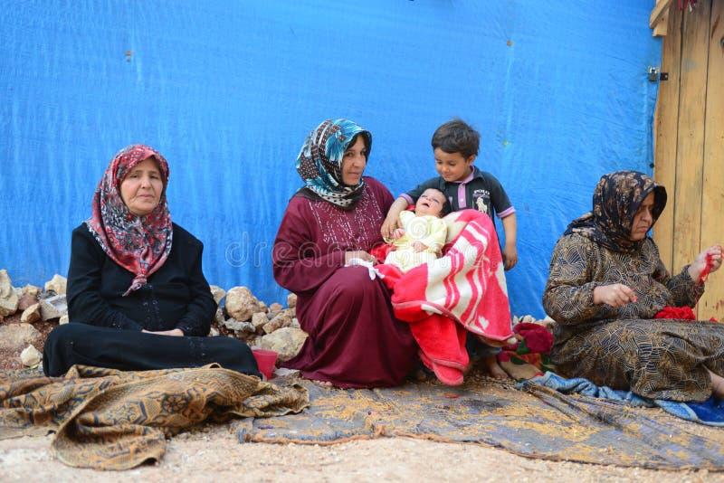 Syriansk familj - refugges i Turkiet arkivbilder
