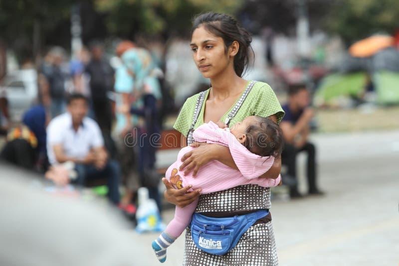 Syriansk flyktingkvinna med barnet i Belgrade royaltyfria bilder