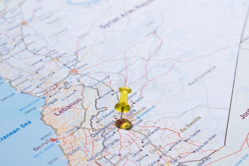 Syrii mapa z drogi tsvaeta czerwienią i zaznaczająca z szpilką w se zdjęcie stock