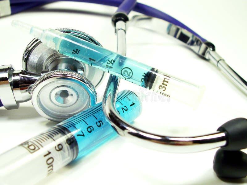 Download Syrings Met Stethoscoop Op Wit Stock Afbeelding - Afbeelding bestaande uit inenting, verpleegsters: 281573