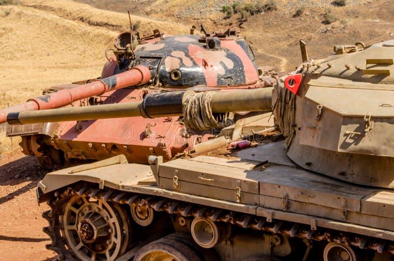 Syrische T62-tank die Israëlische Centurion tank op de Vallei van Scheuren van Yom Kippur War in Israël in 1973 onder ogen zien stock foto's