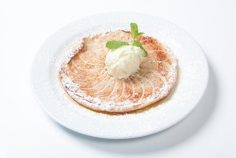 Syrliga Apple, plan äppelpaj med glass på den vita bakgrunden arkivbild