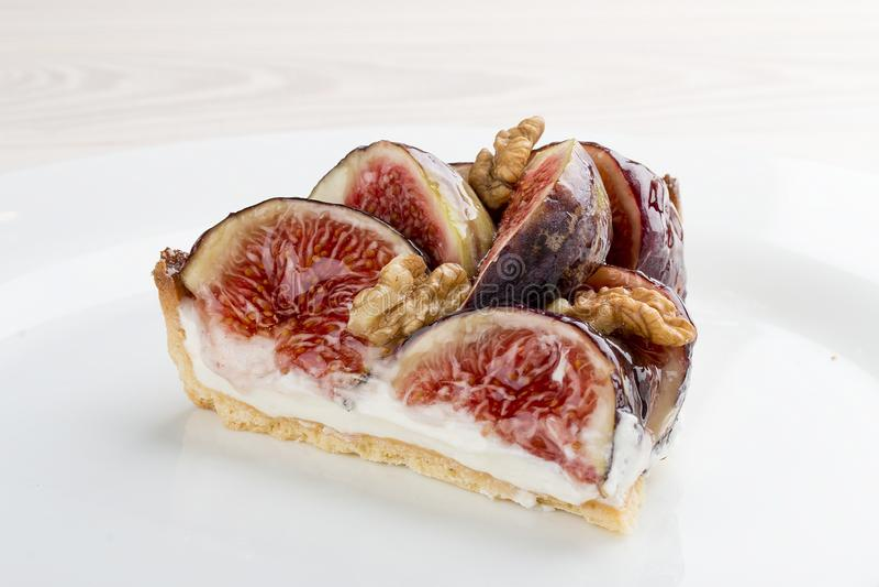 Syrligt med fikonträdet och hallon med ostkräm royaltyfria foton