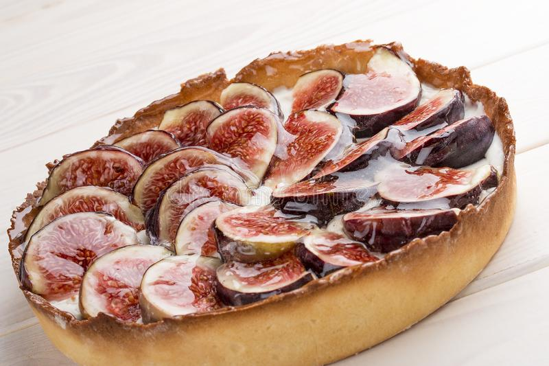 Syrligt med fikonträdet med ostkräm arkivfoto