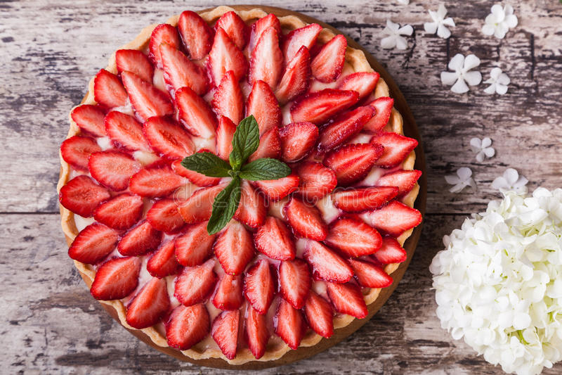 Syrligt med jordgubbar royaltyfria bilder