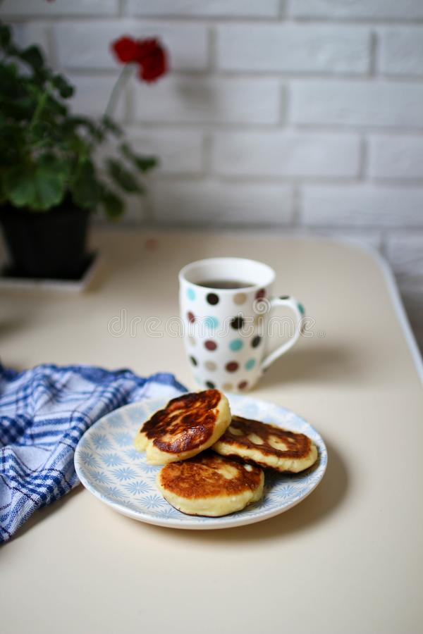 Syrniki casalingo Interno e geranio scandinavi della cucina fotografia stock