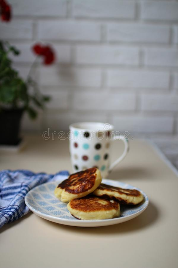 Syrniki casalingo Interno e geranio scandinavi della cucina immagini stock libere da diritti