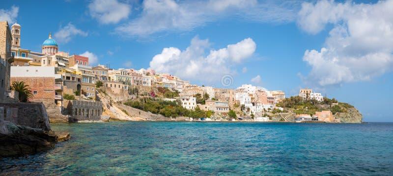 Syros stad i en solig dag arkivbilder