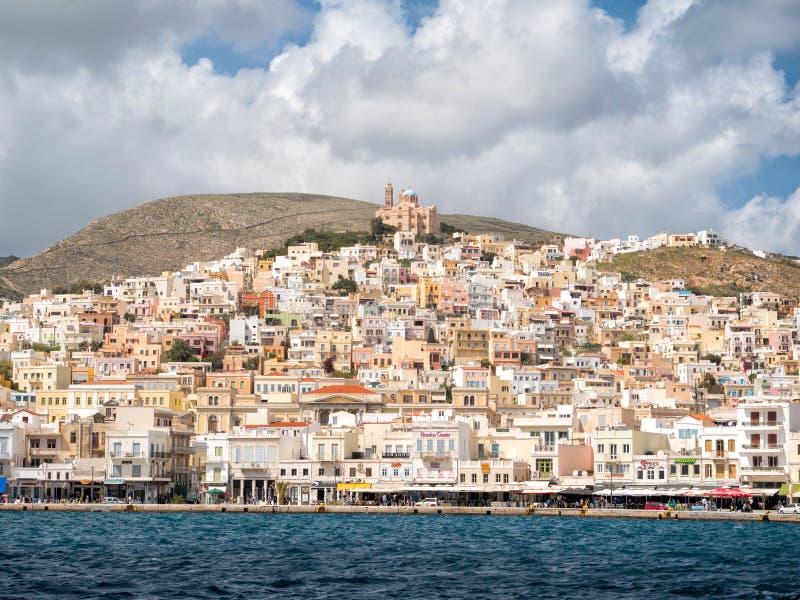 Syros stad i en solig dag fotografering för bildbyråer