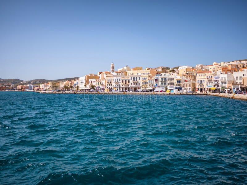 Syros stad i en solig dag arkivfoton
