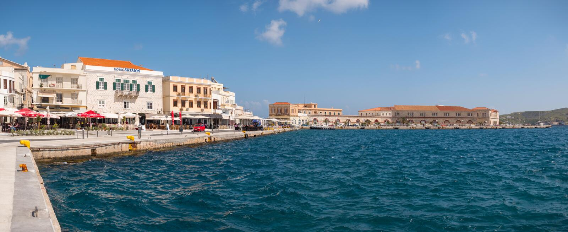 Syros stad i en solig dag arkivbild