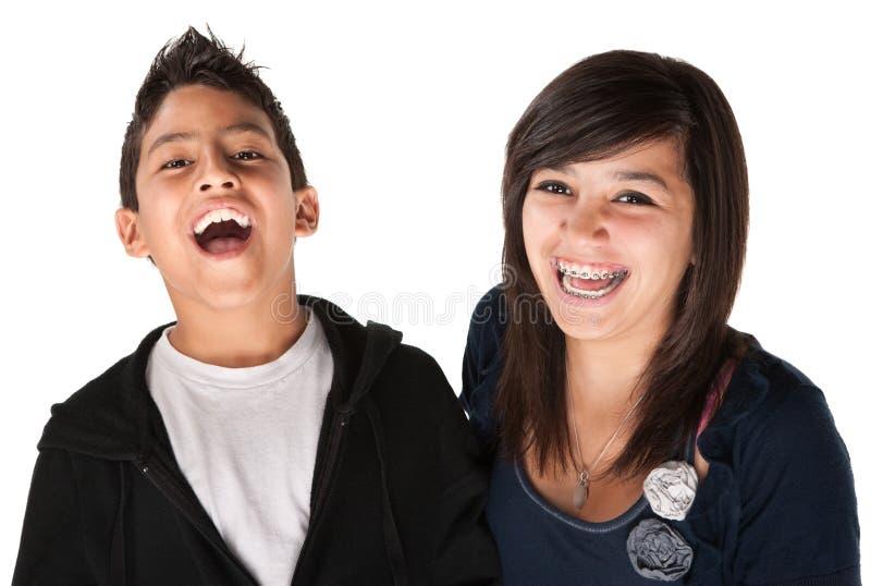syskon som ler två royaltyfri bild