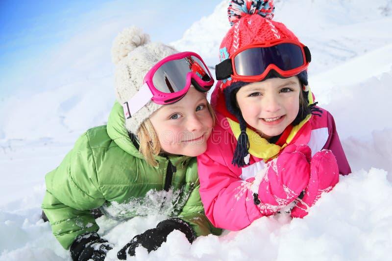 Syskongrupp i snön som har gyckel royaltyfri foto