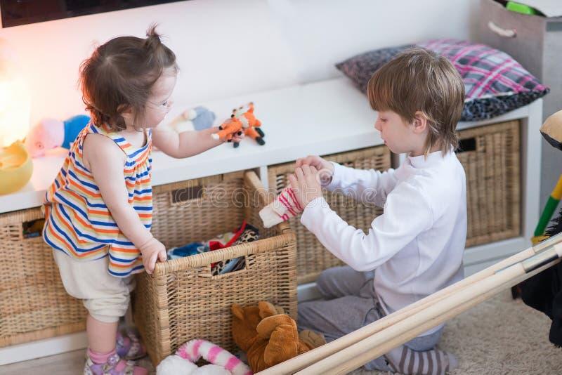 Syskongrupp som spelar i barnkammaren royaltyfria bilder