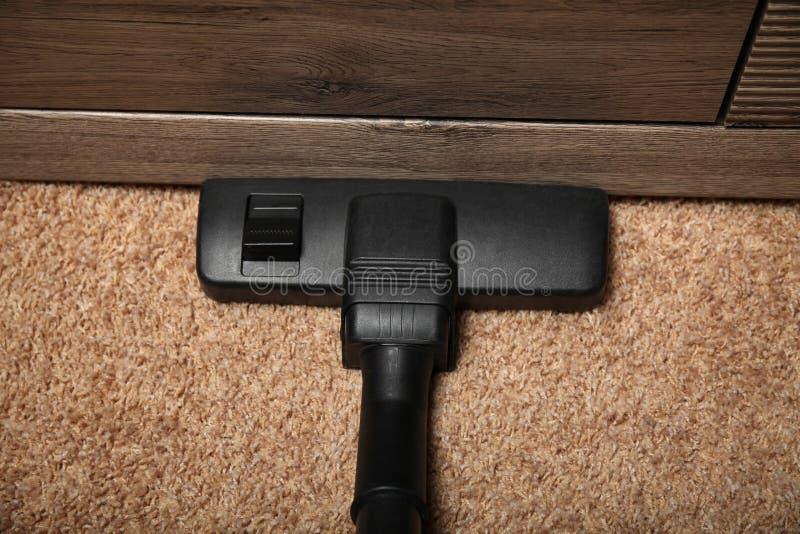 Sysslor på matta, elektrisk dammsugare arkivfoton