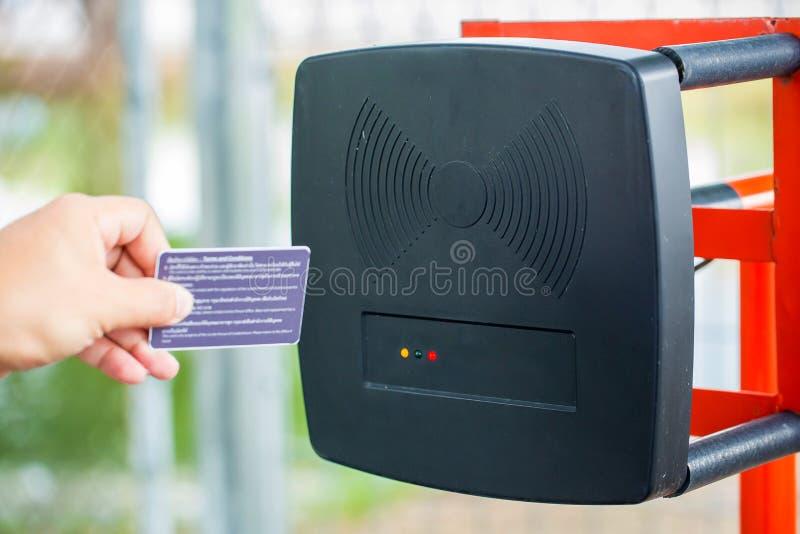 Système automatique d'entrée de parking Système de sécurité pour établir l'accès - arrêt de porte de barrière avec la cabine de p photo libre de droits