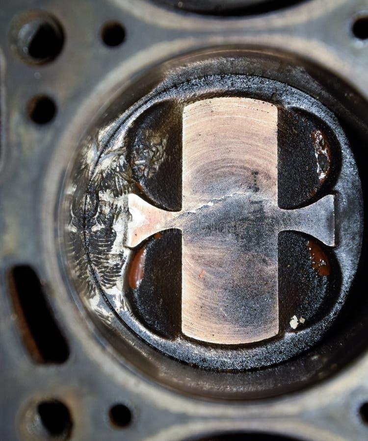 Système démonté de piston de moteur Traces de la vis qui a obtenu au cylindre de piston Fil de boulon d'empreinte digitale photographie stock libre de droits
