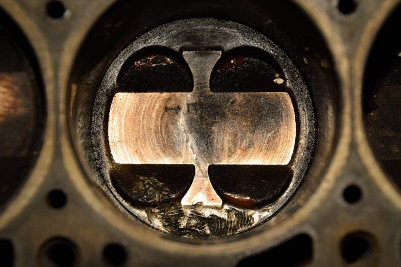 Système démonté de piston de moteur Traces de la vis qui a obtenu au cylindre de piston Fil de boulon d'empreinte digitale photo libre de droits