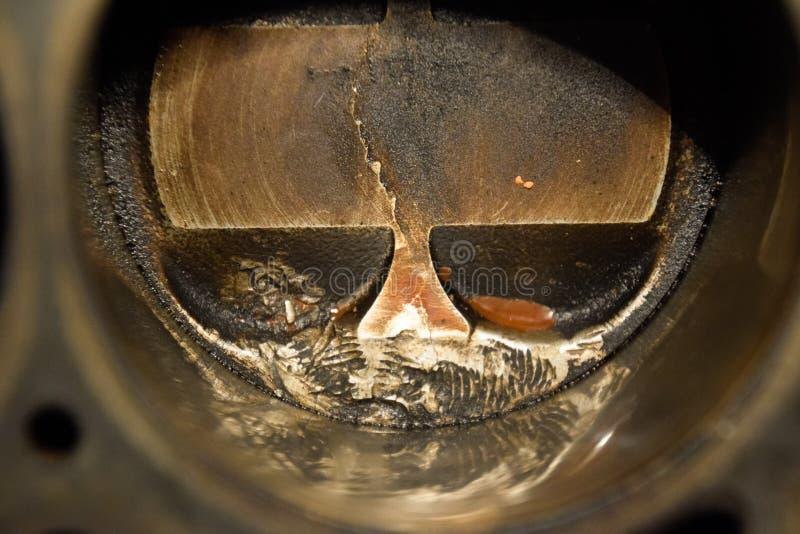 Système démonté de piston de moteur Traces de la vis qui a obtenu au cylindre de piston Fil de boulon d'empreinte digitale image libre de droits