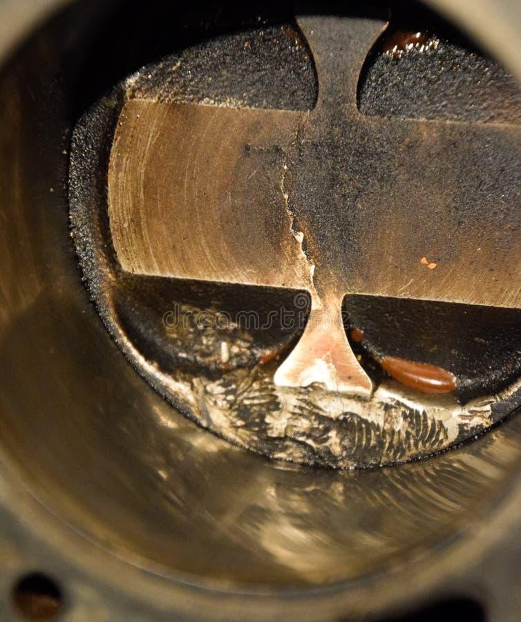 Système démonté de piston de moteur Traces de la vis qui a obtenu au cylindre de piston Fil de boulon d'empreinte digitale photo stock