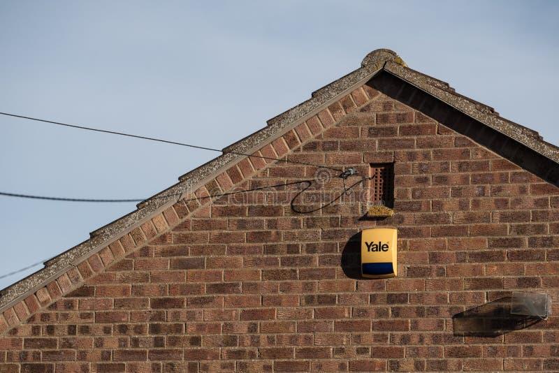 Système d'alarme nouvellement installé et boîte vue fixés au mur extérieur d'une maison images stock