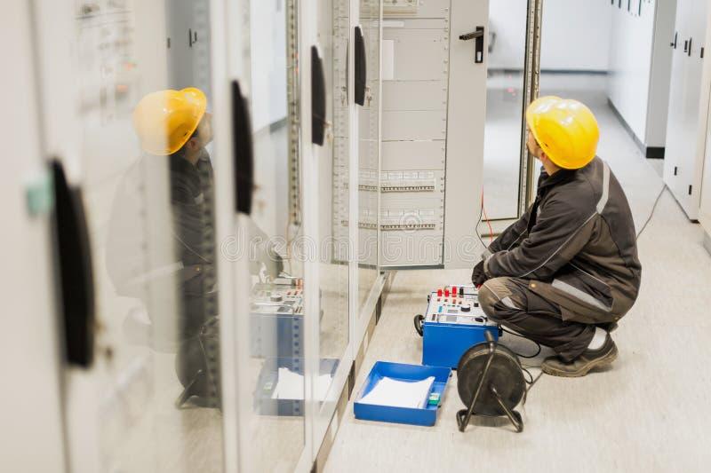 Système d'essais d'ingénieur d'électricien avec l'équipement réglé d'essai de relais image stock