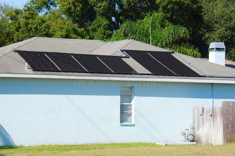 Système de chauffage actionné solaire de l'eau sur une maison photo stock