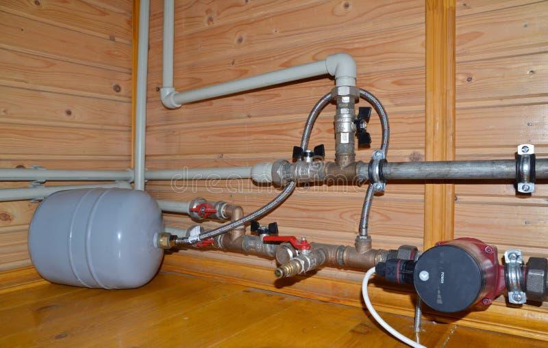 Système de chauffage avec les tuyaux et la cuve d'expansion en plastique photo libre de droits
