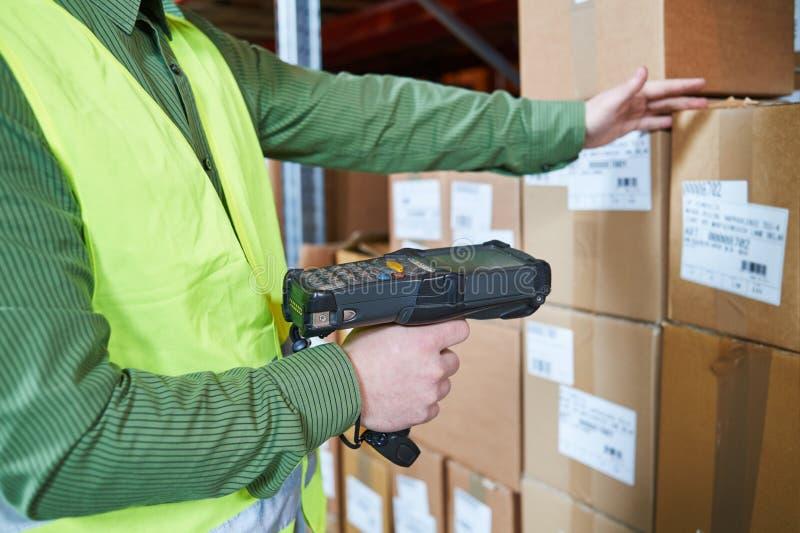 Système de gestion d'entrepôt Travailleur avec le scanner de code barres photo stock