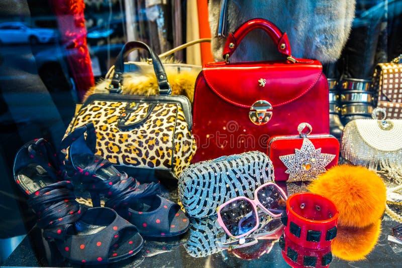 Système de mode de devanture de magasin avec des femmes annexes photos stock