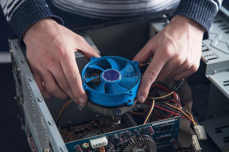 Système de refroidissement de réparations d'homme d'ordinateur images stock